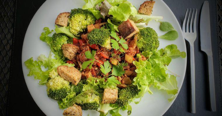 Salade met broccoli roosjes en geroosterde tomaten uit de oven met croutons