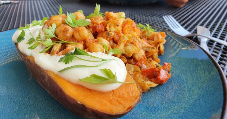 Gevulde zoete aardappel uit de oven met Kikkererwten