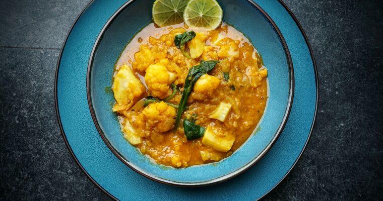 Curry van rode linsen, zoete aardappelen, bloemkool en spinazie