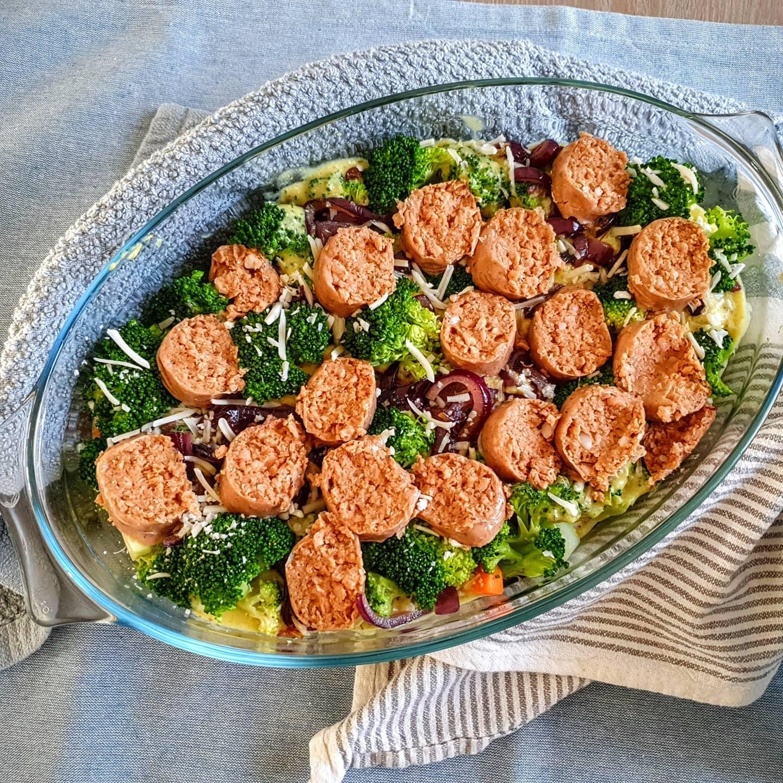 """""""Romige broccoligratin met rode uien, zoete aardappelen, vegan braadworst en krielaardappelen"""""""