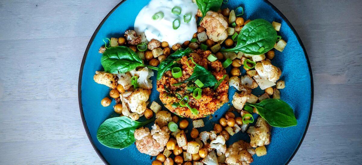"""""""Tomaten quinoa met geroosterde kikkererwten, bloemkoolroosjes en paarse zoete aardappelblokjes uit de oven"""""""
