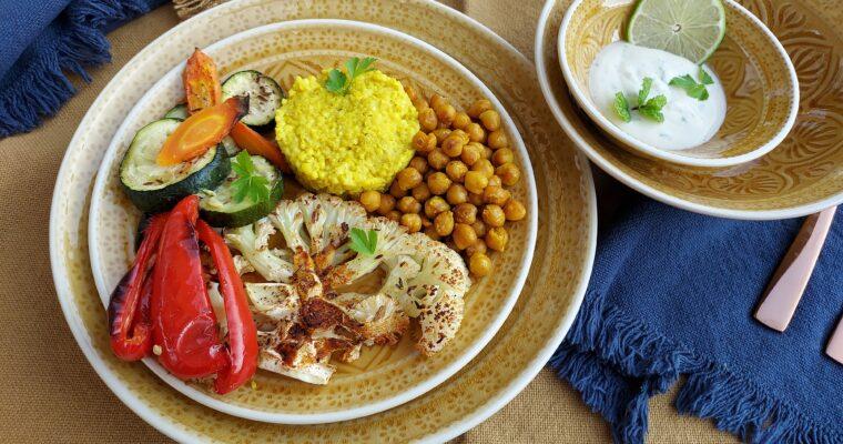 """""""Geroosterde bloemkool, courgette, paprika en wortel met kikkererwten, gierst en een Tahini joghurtsaus"""""""